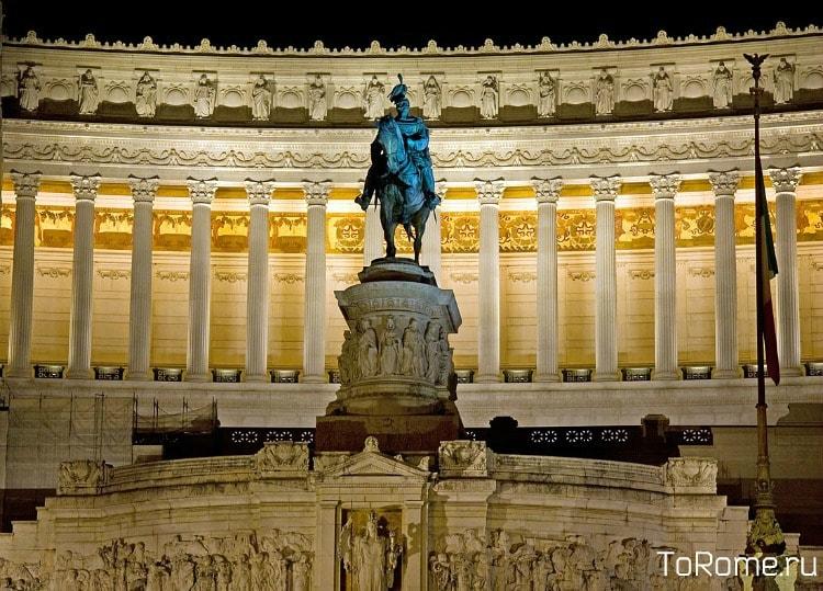 Памятник Виктору Эманнуилу II на фоне Витториано