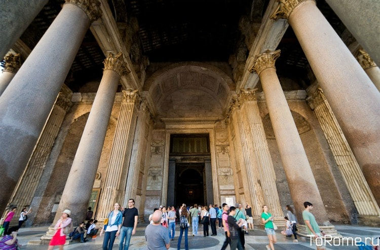 Вход в римский Пантеон