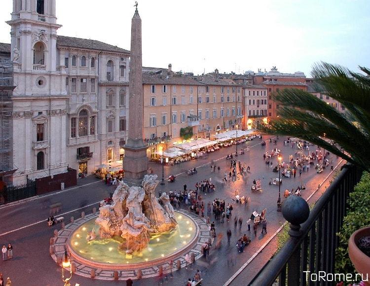 Фонтан четырех рек и обелиск на площади Навона в Риме