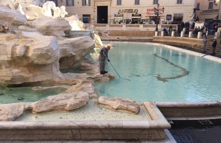 Сбор монет с фонтана Треви в Риме
