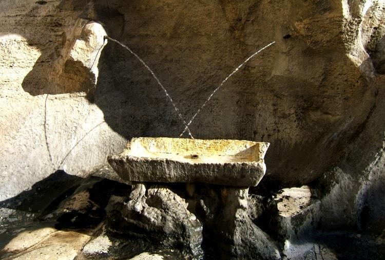 Трубочки влюбленных в фонтане Треви в Риме