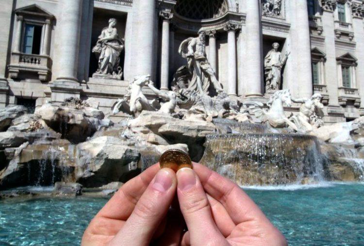 Монеты в фонтане Треви
