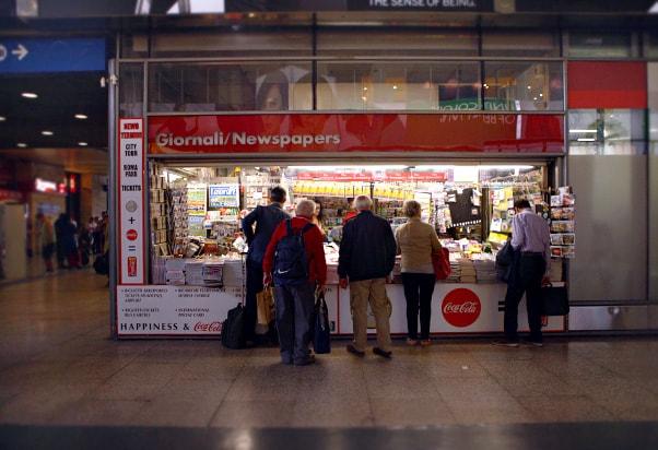 Газетный киоск в Риме, где можно купить билеты на общественный транспорт