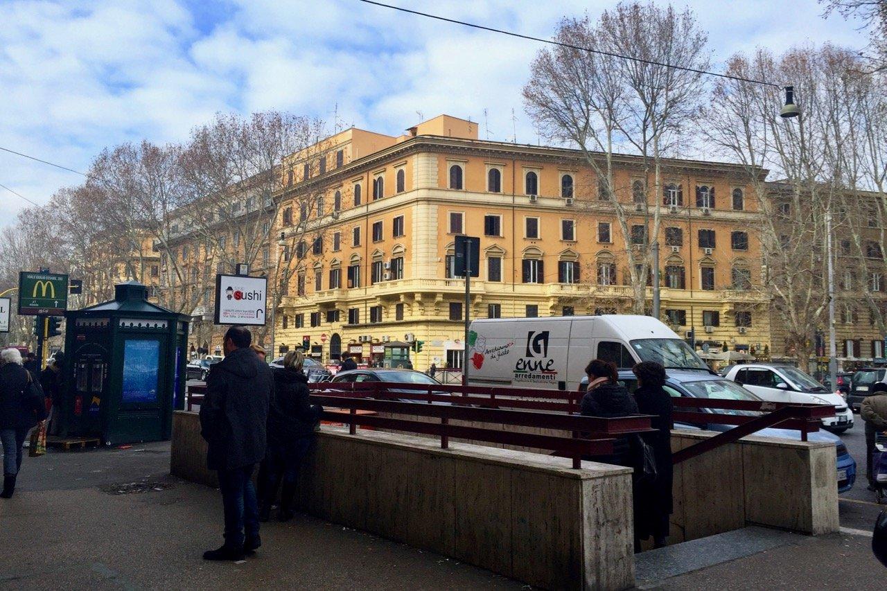 Остановка метро Ottaviano в Риме