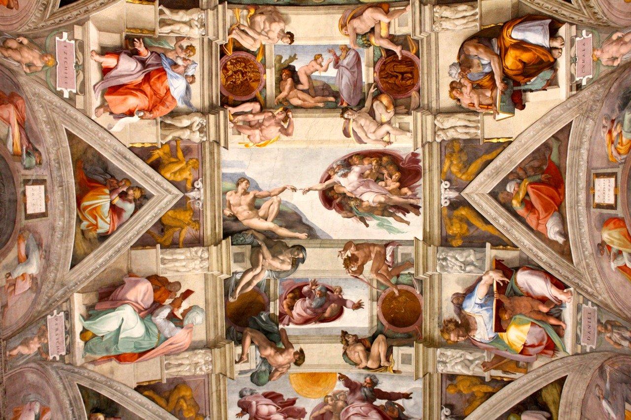 Потолок Сикстинской капеллы внутри музеев Ватикана. Микеланджело Буонаротти, 1508-1512