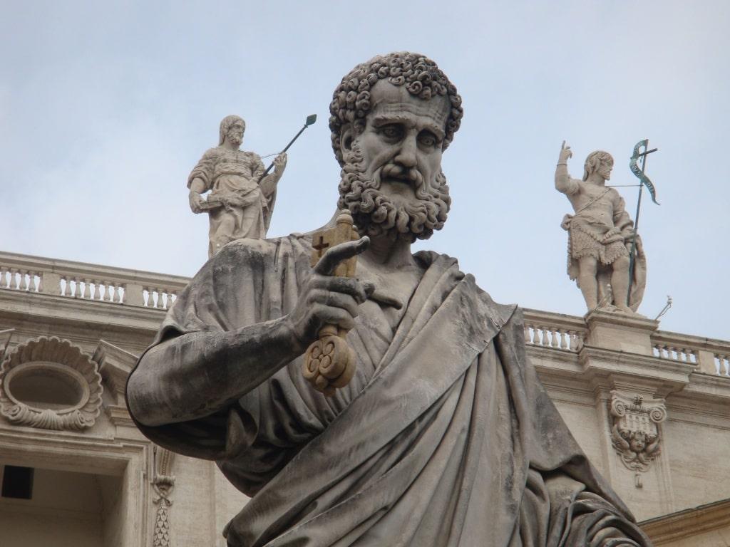 Статуя апостола Петра с ключом от небес
