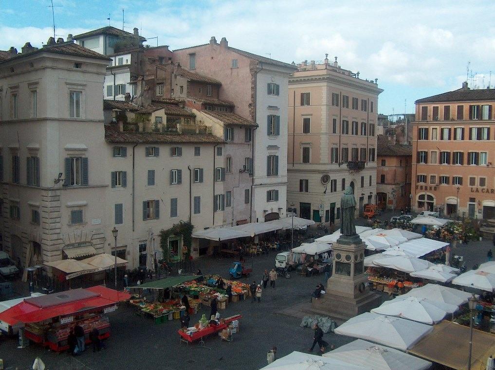 площадь Кампо-де-Фиори в Риме