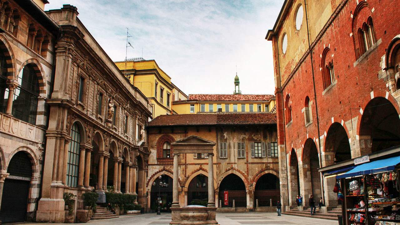 площади Пьяцца-деи-Мерканти в Милане