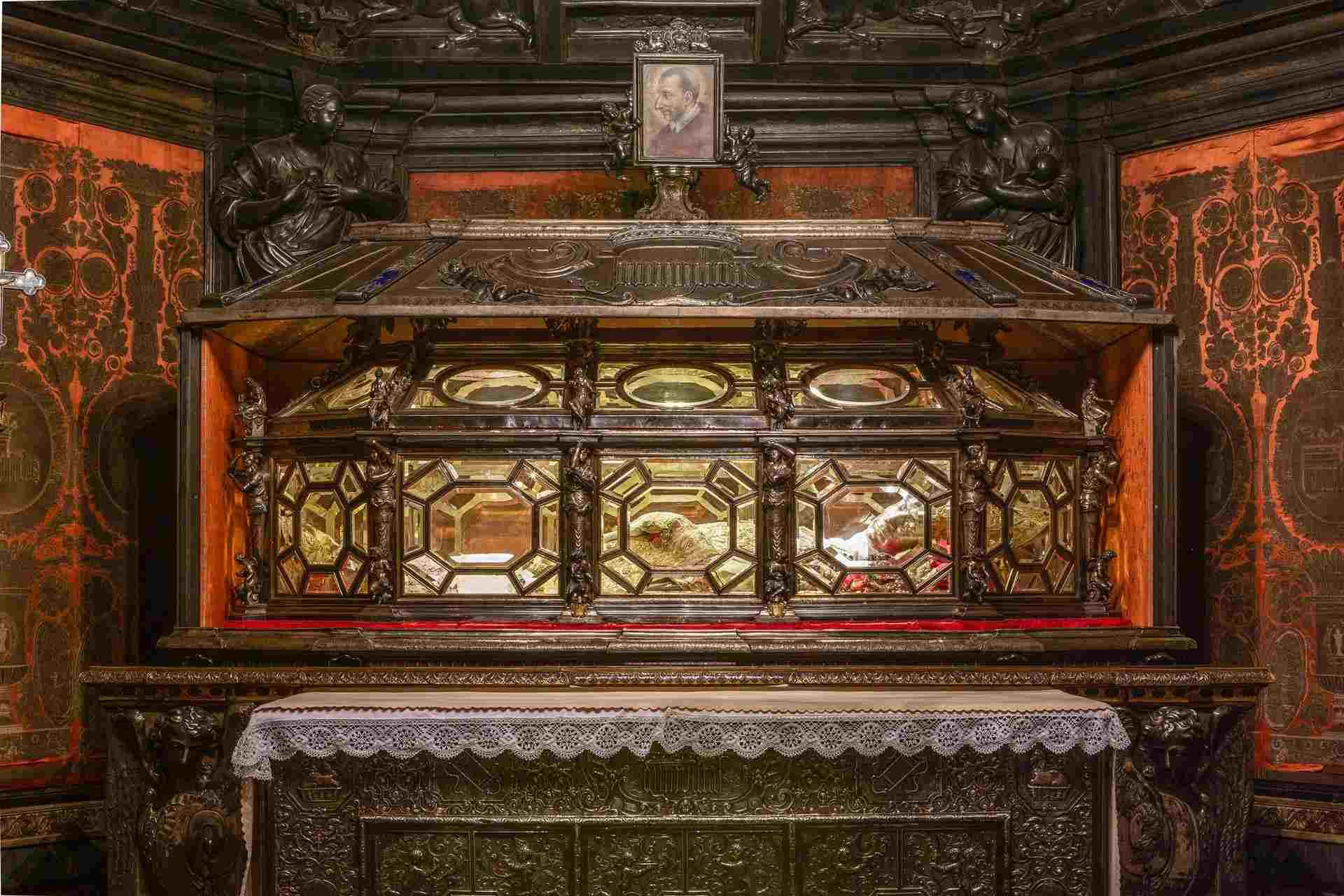 золотой реликварий Святого Карла Борромео
