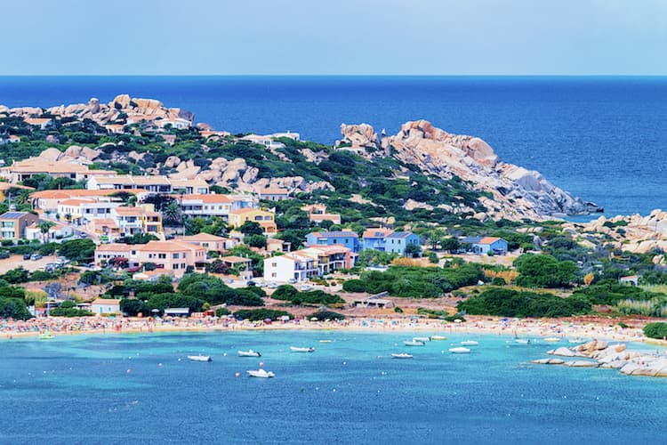 Город Санта-Тереза-Галлура на острове Сардиния