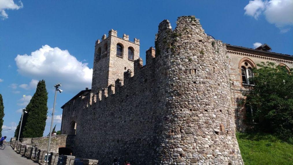 Город Дезенцано-дель-Гарда замок