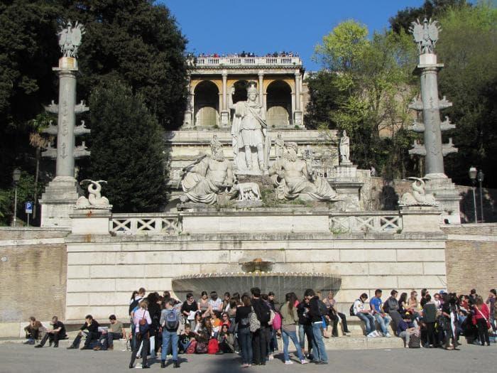 Фонтан «Богиня Рома между Тибром и Аньене» на площади дель Пополо в Риме