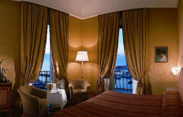 Отель Grand Hotel Vesuvio в Неаполе