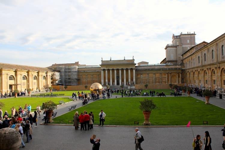 Двор Шишки в музеях Ватикана