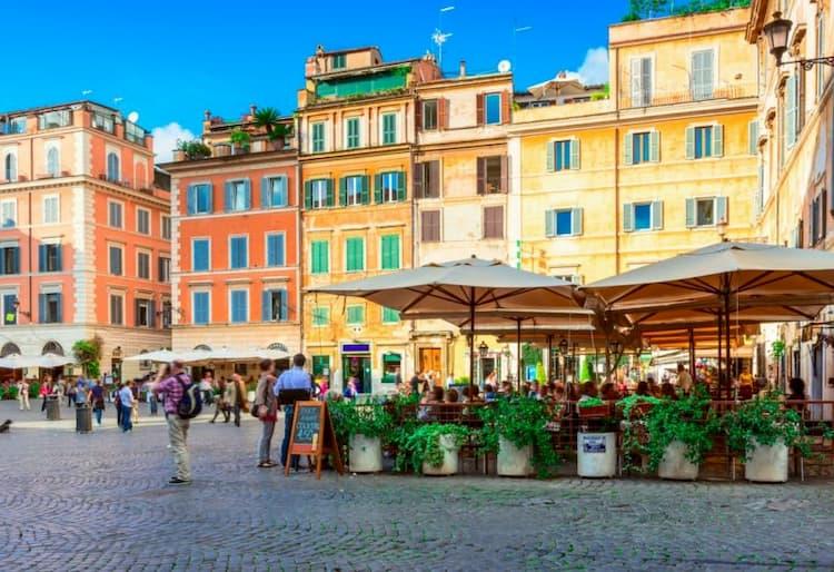 Площадь с рестораном в районе Трастевере в Риме